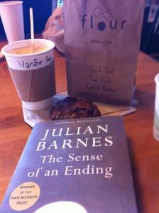 Sitta på cafe med en god bok - det är livet det!