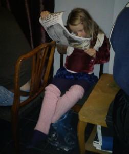 Den lilla teaterbesökaren studerar programmet i pausen