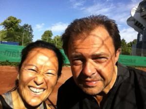 Coach Einarsson och jag på Ullevi tennisklubb en tidig morgon i maj.