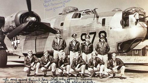 """""""The Hicks crew"""" - en av de amerikanska flygbesättningar författaren blivit vän med under åren av forskning. Flera av pojkarna var fortfarande bara tonåringar när de nådde räddningen i Sverige."""