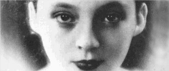 Flickan i boken ges aldrig något namn. Är det för att hon är författarens egen röst?